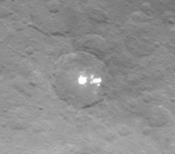 Detalle de la gran Mancha Blanca de Ceres (NASA/JPL-Caltech/UCLA/MPS/DLR/IDA).