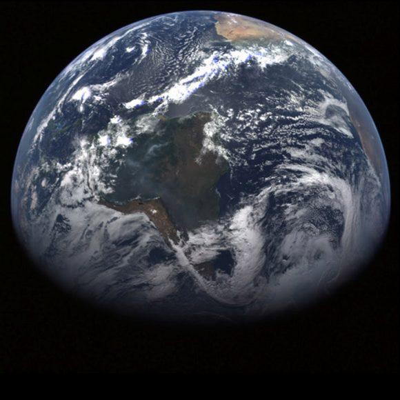 La Tierra vista por MESSENGER durante el sobrevuelo de 2005 (NASA).