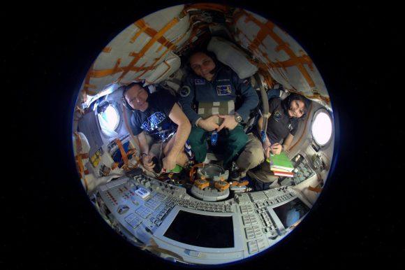 La tripulación dentro de su nave posando sin los trajes Sokol (NASA).