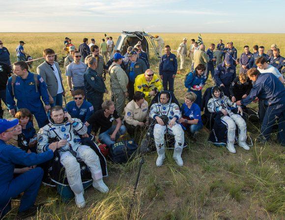 La tripulación en Tierra (NASA).