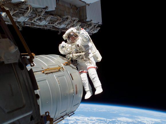 Un astronauta con un traje EMU en el exterior de la ISS (NASA).