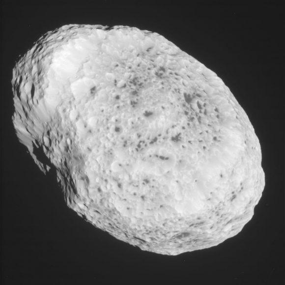 Imagen sin procesar de Hiperión tomada el 31 de mayo de 2015 por la sonda Cassini (NASA/JPL-Caltech/SSI).