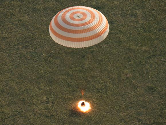 Encendido de los motores de combustible sólido de la Soyuz TMA-15M durante el aterrizaje (NASA).