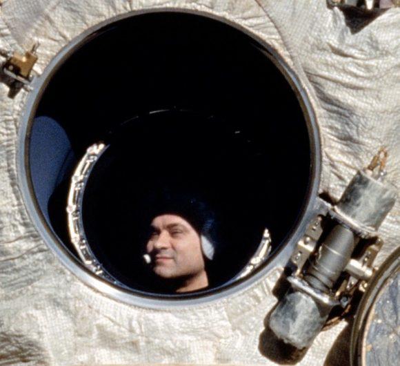 Valeri Poliakov a través de una ventana de la estación Mir visto desde el transbordador Discovery en la misión STS-63 (NASA).