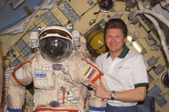 Guennadi Pádalka con una escafandra Orlán (NASA).