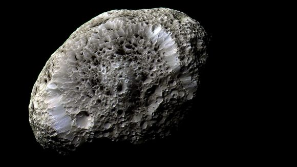 Imagen en alta resolución de Hiperión obtenida el 26 de septiembre de 2005 por la Cassini ().