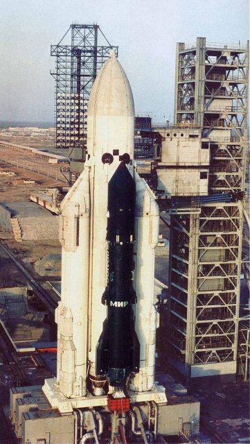 El cohete Energía en la rampa UKSS preparado para su primer lanzamiento con el satélite Polyus, en realidad la maqueta de estación láser Skif-DM (www.buran.ru).