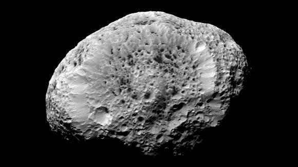 Otra imagen de Hiperión obtenida por la sonda Cassini en 2005 ().