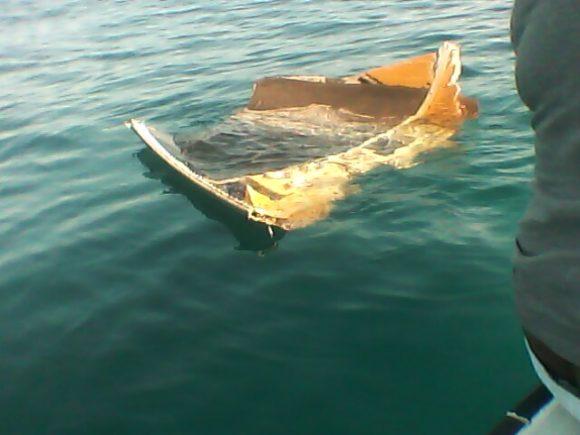 Restos de la cofia de un Atlas V lanzado en mayo de 2012 que fue encontrado frente a las costas de Barbuda ().