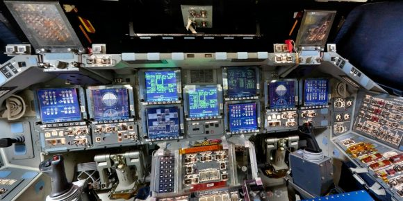 La cabina del shuttle (NASA).