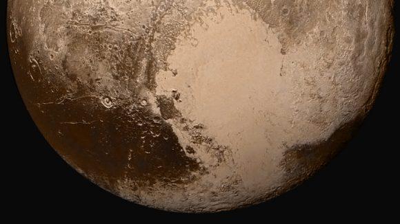 Hemisferio sur de Plutón visto en falso color por la cámara LORRI a 280 000 km de distancia ().