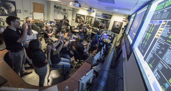El equipo de la New Horizons celebra la llamada de la sonda a casa (NASA/Bill Ingalls)