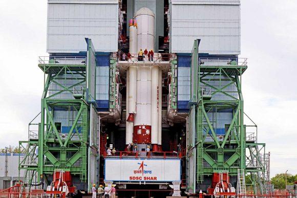 Instalación de los cohetes de combustible sólido (ISRO).