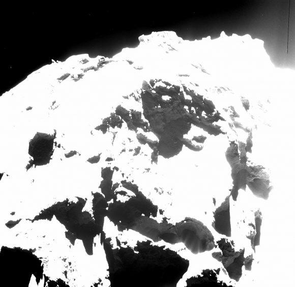 Imagen de la región de Seth en la que se ven varias cavidades emitiendo chorros de polvo (parte inferior derecha) (ESA/Rosetta/MPS for OSIRIS Team MPS/UPD/LAM/IAA/SSO/INTA/UPM/DASP/IDA).