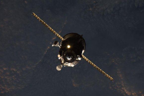 La Prgress M-28M se acerca a la ISS (NASA/Scott Kelly).