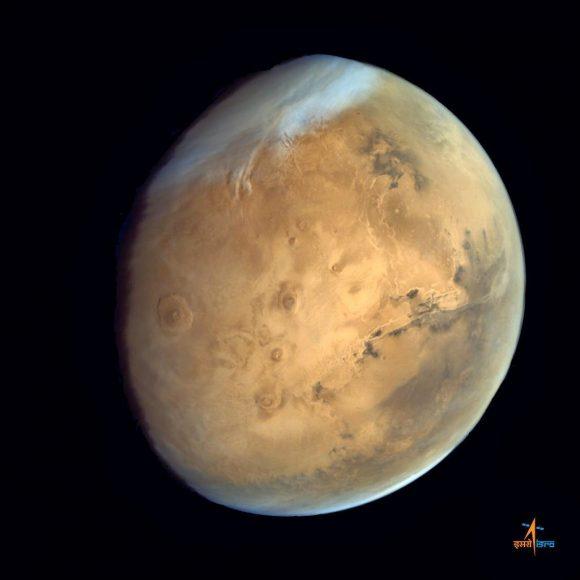 Imagen de Marte tomada por la sonda india Mangalyaan en la que se ven los Valles Marineris y los volcanes de Tharsis (ISRO).