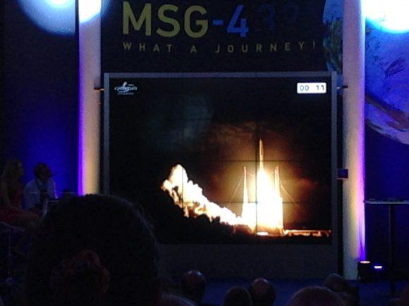 Momento del despegue del MSG-4 en la pantalla instalada en el edificio de EUMETSAT (Eureka).