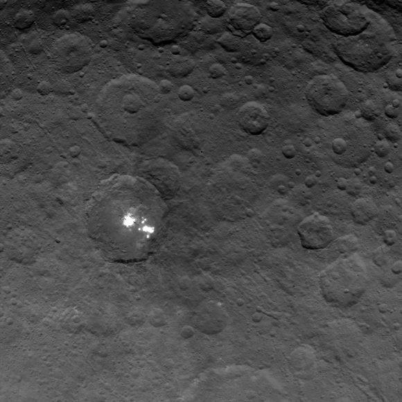 El grupo de manchas conocido como Mancha 5 situado en el interior del cráter Occator sobre el que se ha detectado una bruma (NASA/JPL-Caltech/UCLA/MPS/DLR/IDA).