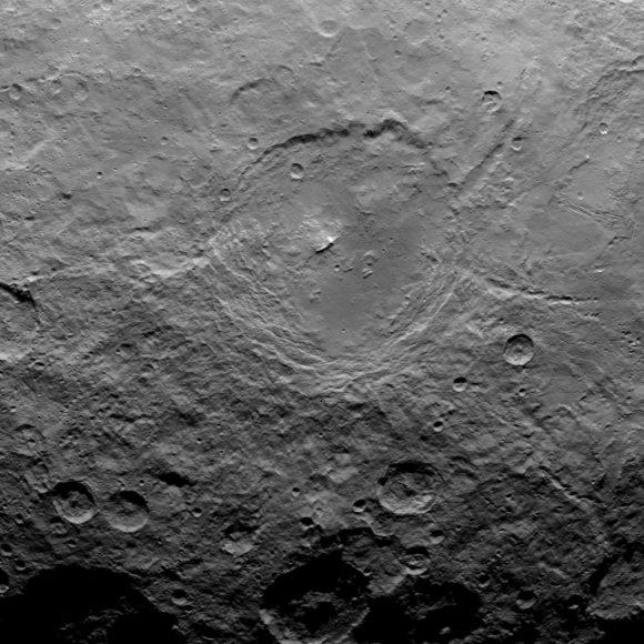 El cráter Urvara, con su pico central (NASA/JPL-Caltech/UCLA/MPS/DLR/IDA).