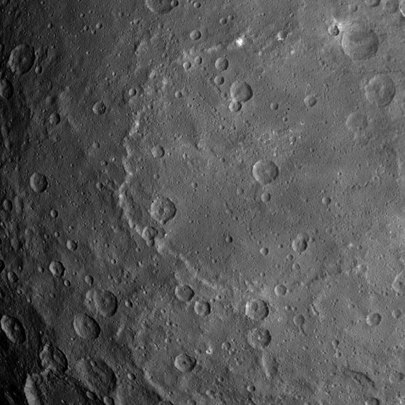 El gran cráter Kerwan, con más manchas bñancas (NASA/JPL-Caltech/UCLA/MPS/DLR/IDA).