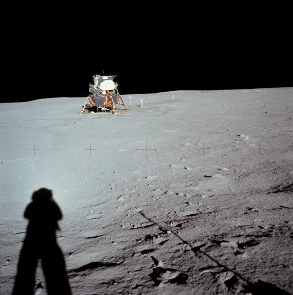 El módulo lunar Eagle y la sombra de Armstrong en el Mar de la Tranquilidad (NASA).