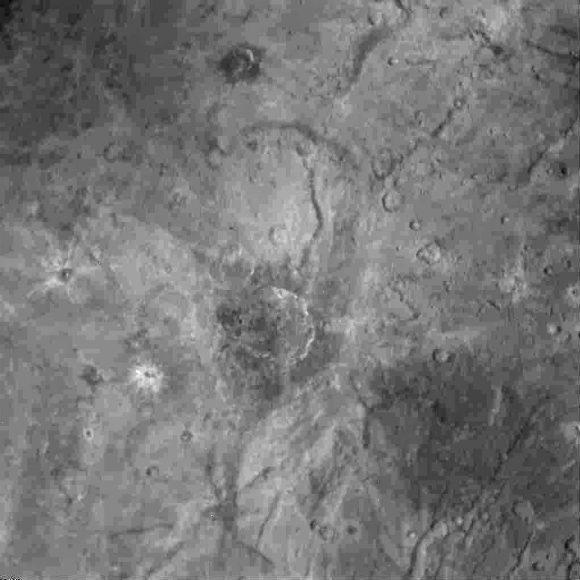 Detalle de Caronte obtenido por la cámara LORRI el día del sobrevuelo (NASA/JHUAPL/SwRI).