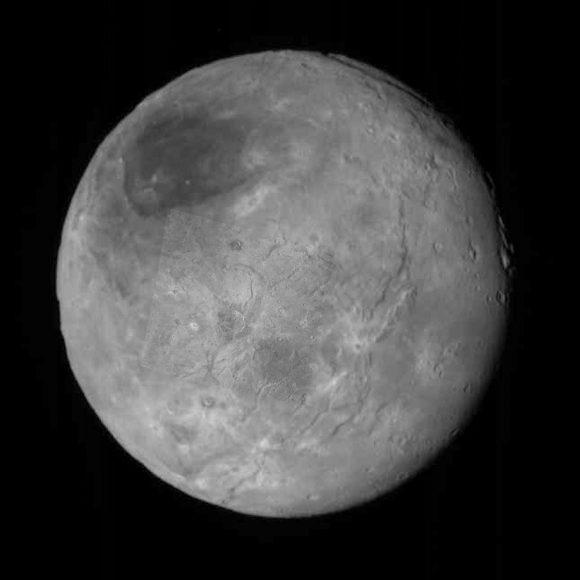 La imagen anterior superpuesta a otra de todo el disco de Caronte (NASA/JHUAPL/SwRI/Ron Baalke).