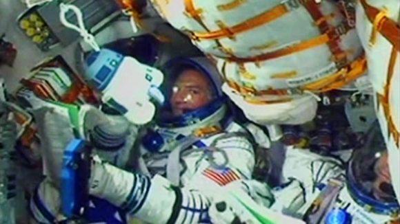 El interior de la Soyuz TMA-17M durante el lanzamiento. La tripulación utilizó un muñeco de R2D2 como indicador de la aceleración (NASA).