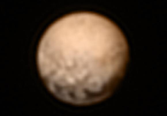 El 'hemisferio oculto' de Plutón, el que estará en sombra durante el sobrevuelo del 14 de julio, visto por la cámara LORRI  el 3 de julio a 12,5 millones de kilómetros de distancia. El color se ha añadido a partir de los datos de la cámara Ralph (NASA/JHUAPL/SWRI).