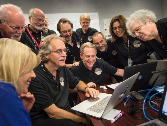 Alan Stern y el resto de científicos de la misión contemplando las primeras imágenes del encuentro (NASA).