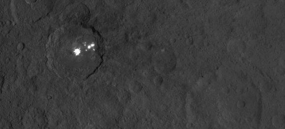 Las manchas del cráter Occator vistas desde la órbita Survey ().