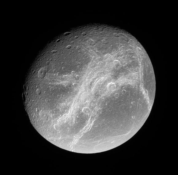 Los surcos de Dione vistos en julio de 2006 por la Cassini (NASA/JPL).