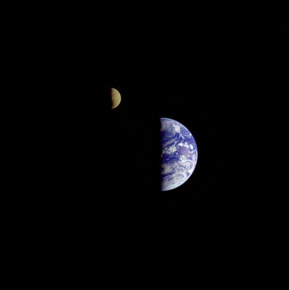 La Tierra y la cara oculta de la Luna vistas por la sonda Galileo (NASA/JPL).