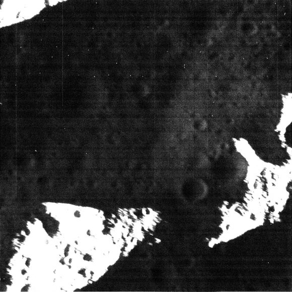 Imagen de la cámara NAC centrada en la imagen anterior con una resolución de 3,5 m/píxel (NASA/JPL).