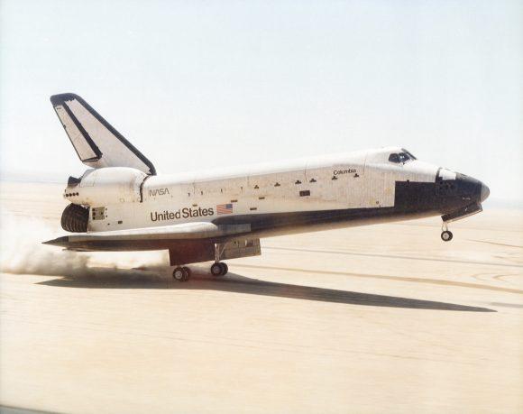 El Columbia aterriza tras su primera misión (STS-1) en 1981 con el gusano en el fuselaje (NASA).