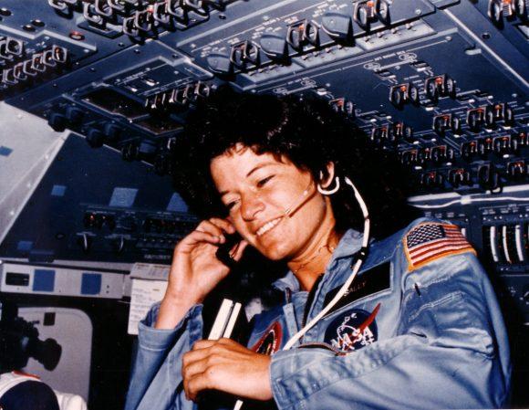 En la STS-7 Challenger Sally Ride recuperaba la albóndiga para los trajes de vuelo (NASA).