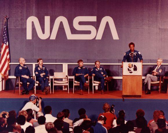 La tripulación de la STS-8 Challenger con el gusano (NASA).