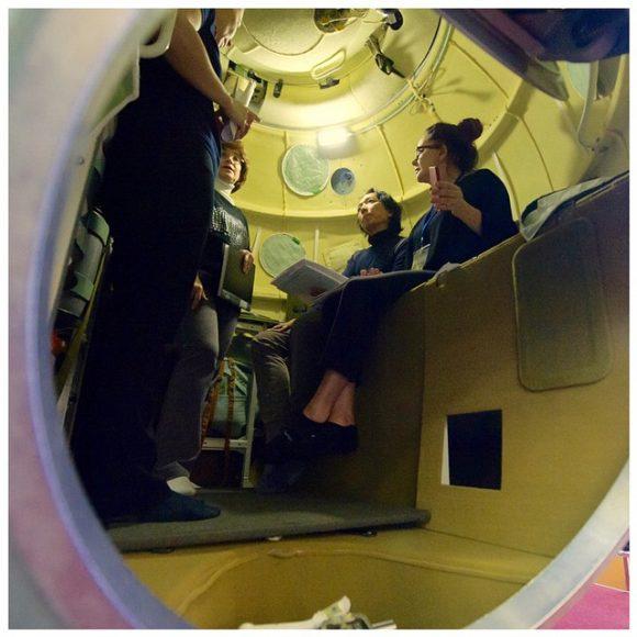 Satoshi Takamatsu y Brightman en el interior de un modelo del BO de una Soyuz (TsPK).