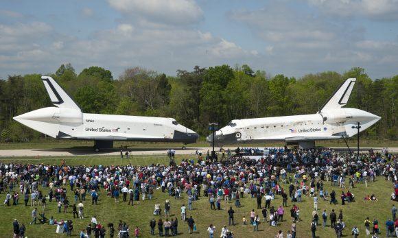 El Enterprise (izquierda) con el gusano y el Discovery con la albóndiga. Dos filosofías de diseño frente a frente (NASA).