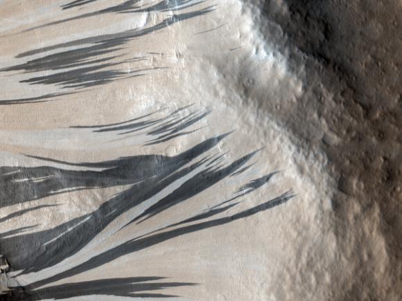 Desplazamientos en la pared de un cráter marciano NO asociados con el agua líquida. Foto de la cámara HiRISE (HiRISE/NASA).
