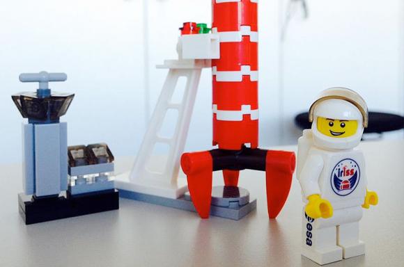 Mogensen lleva una figura de LEGO con el logo de IrISS (LEGO).