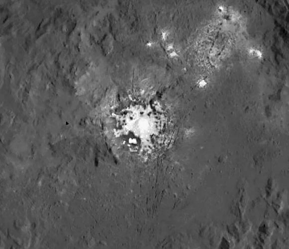 Detalle de las manchas blancas de Occator en el que se aprecian las fracturas del terreno situado al sur de las mismas (NASA/JPL-Caltech/UCLA/MPS/DLR/IDA).