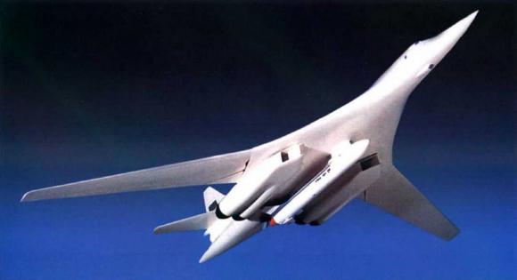 Modelo de un Tu-160SK con un Burlak.