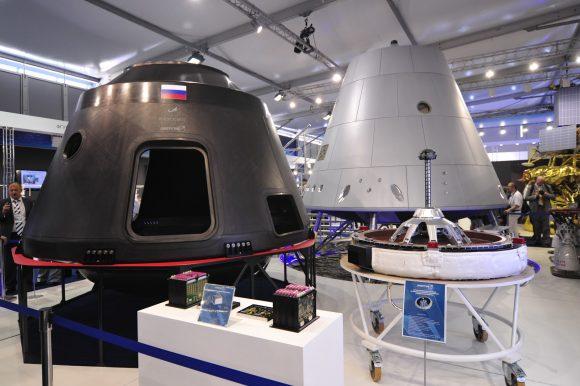 Maqueta de la PTK-NP y sección presurizada de la nave en fibra de carbono expuestas en el reciente festival MAKS 2015 (Novosti Kosmonavtiki).