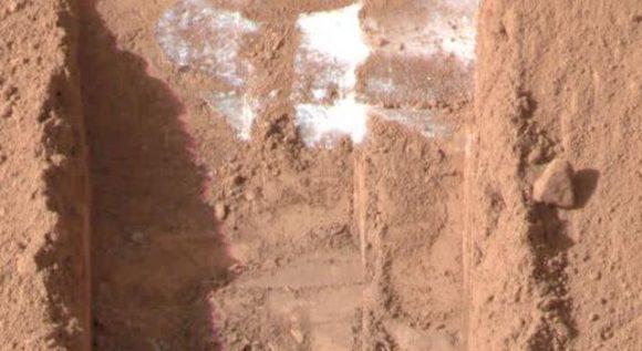 Hielo descubierto por la sonda Phoenix en la superficie de Marte (NASA/JPL).