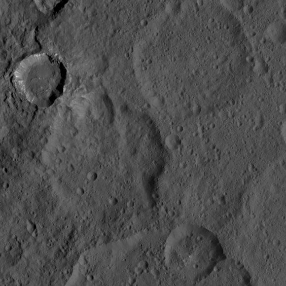 Cráter joven del hemisferio sur visto por Dawn el 21 de agosto (NASA/JPL-Caltech/UCLA/MPS/DLR/IDA).