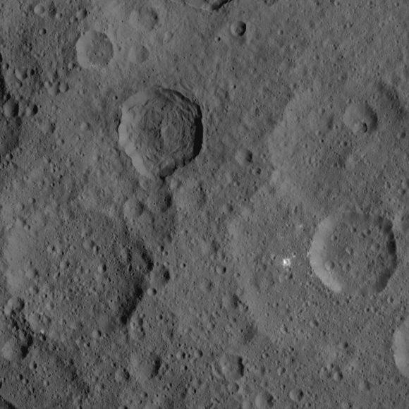 Cráter deformado por procesos desconocidos visto el 21 de agosto por Dawn (NASA/JPL-Caltech/UCLA/MPS/DLR/IDA).