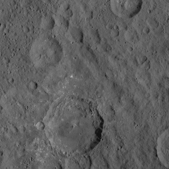 Otro grupo de manchas blancas en Ceres visto por Dawn el 21 de agosto desde la órbita HAMO. Atención a las fracturas del terreno (NASA/JPL-Caltech/UCLA/MPS/DLR/IDA).