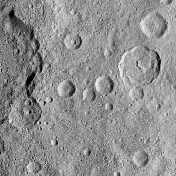 Terreno con abundantes cráteres del hemisferio sur de Ceres visto el 21 de agosto (NASA/JPL-Caltech/UCLA/MPS/DLR/IDA).