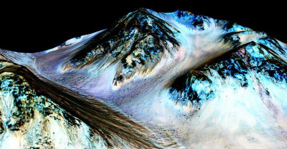 Imagen en falso color de RSL formadas probablemente por agua líquida. La imagen en 3D ha sido creada a partir de fotografías de la cámara HiRISE de la sonda MRO en el cráter Halle (NASA/JPL-Caltech/Univ. of Arizona).